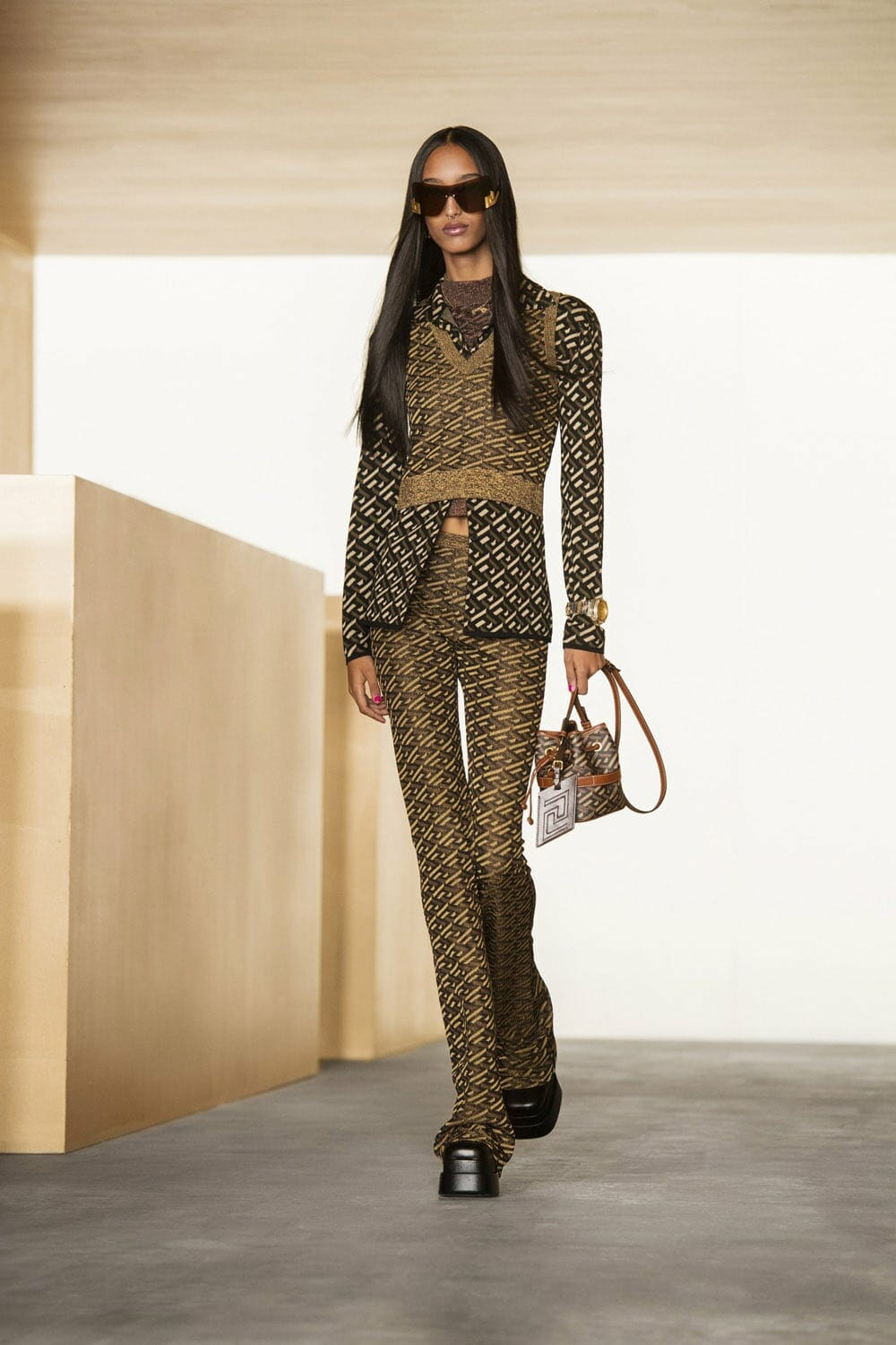 Versace Fall Winter 2021-2022 Paris. RUNWAY MAGAZINE ® Collections. RUNWAY NOW / RUNWAY NEW